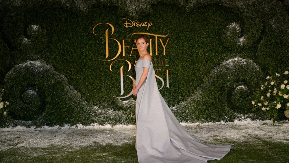 Emma Watson luciendo un precioso vestido con cola