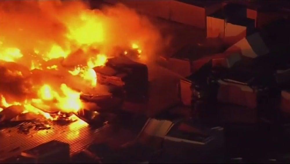 Frame 10.23583 de: Espectacular incendio en un edificio en construcción en Filadelfia