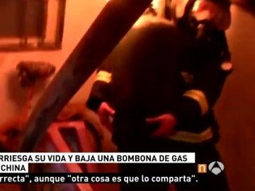 Un bombero arriesga su vida y saca una bombona de gas en llamas de un vivienda