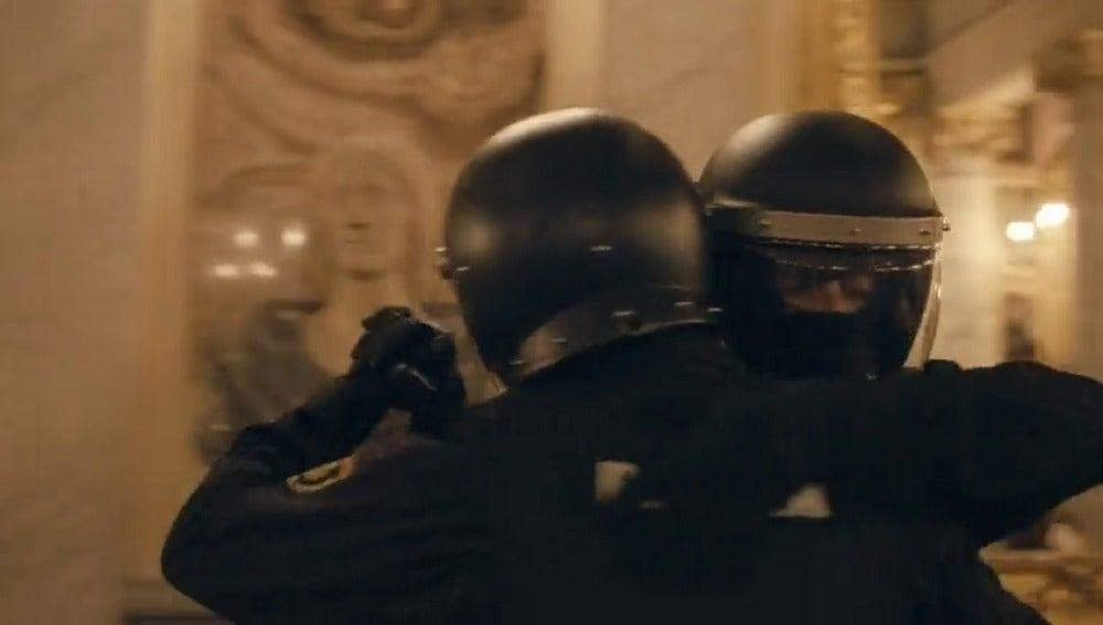 Frame 16.658864 de: ¿Qué hacen dos policías antidisturbios uniformados bailando un tango en un museo de Madrid?