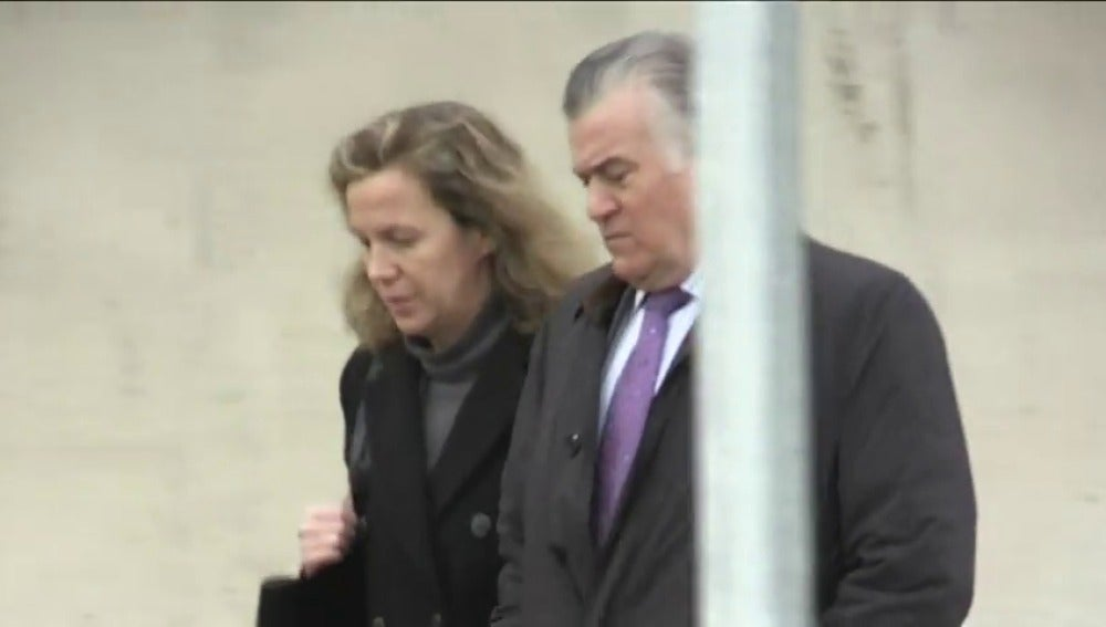 Frame 25.94215 de: Crespo y 'el Bigotes' acuden por primera vez esposados al juicio de Gürtel; Correa ha sido dispensado de acudir por padecer claustrofobia
