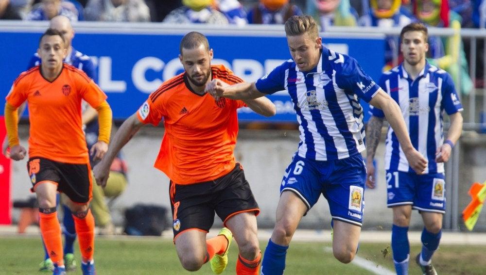 Mario Suárez y Marcos Llorente disputan la posesión del balón durante el Alavés - Valencia