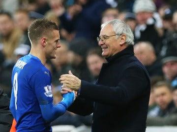 Vardy saluda a Claudio Ranieri