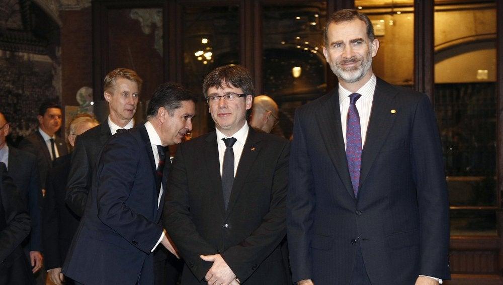 Felipe VI con Carles Puigdemont