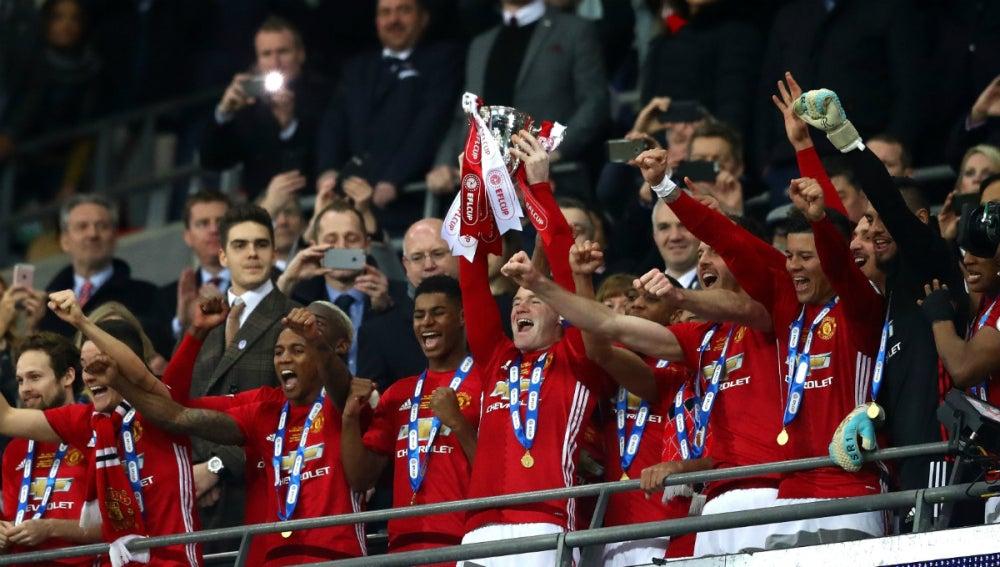Rooney levanta la EFL Cup