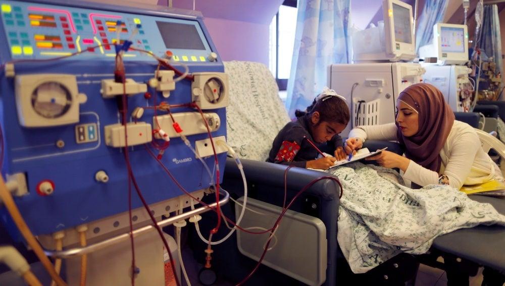 Una mujer y su hija en un hospital israelí