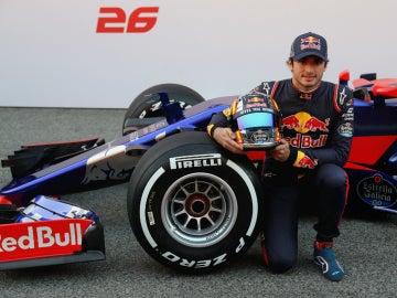 Sainz, junto a su Toro Rosso STR12