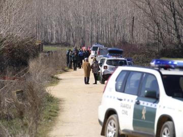 Agentes de la Guardia Civil en un camino situado entre Santa Marta de Tormes y Nuevo Naharros de Salamanca