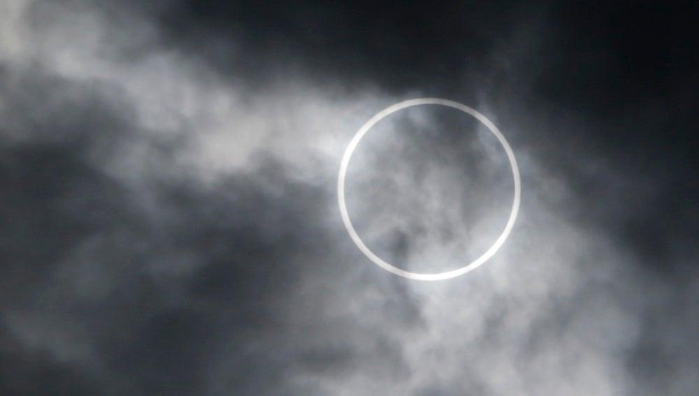 Eclipse solar anular - Imagen de archivo