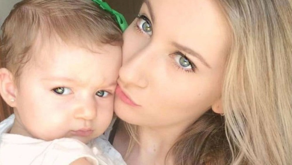 Larissa Lopes junto a su hija Laura