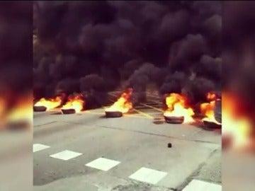 Frame 0.0 de: Alrededor de 30 encapuchados cortan distintas calles de la ciudad y queman contenedores