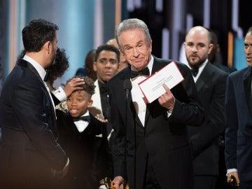 Warren Beatty muestra el resultado del Óscar a la mejor película