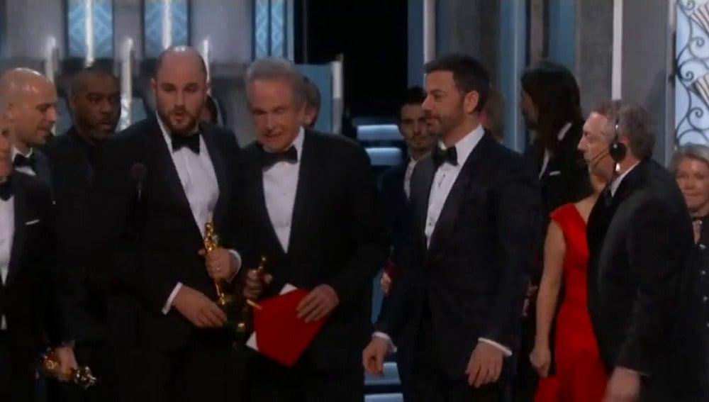 Frame 46.48535 de: El error histórico que otorgó por error el Oscar a mejor película a 'La La Land' en vez de a 'Moonlight'