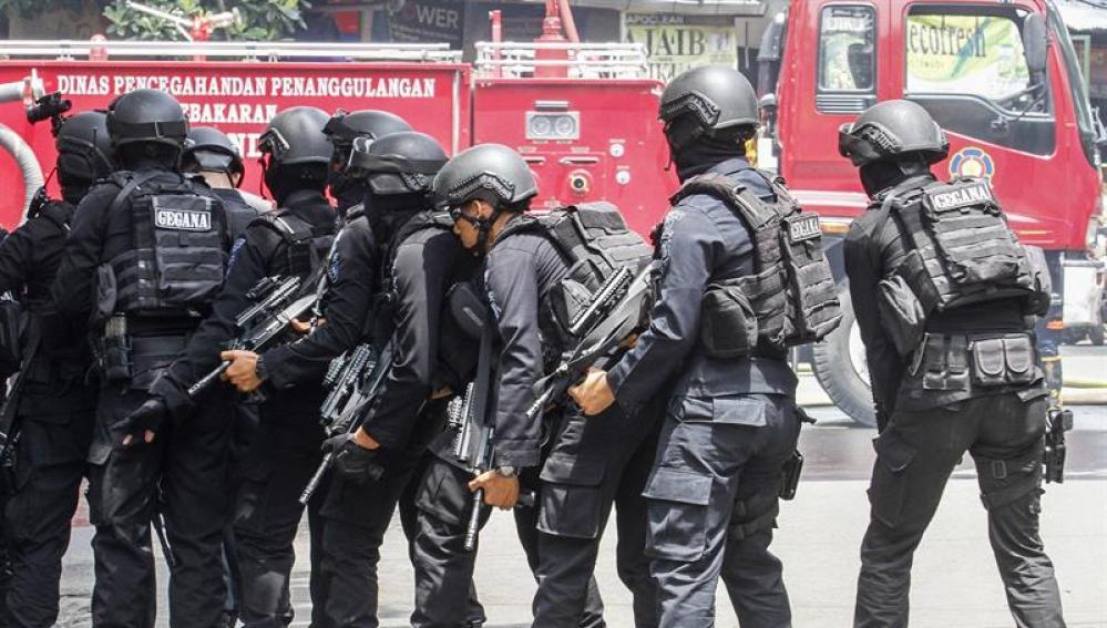 Policía Antiterrorista de Indonesia ante el edificio atacado
