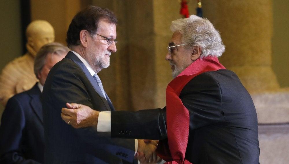 El presidente del Gobierno Mariano Rajoy (i) entrega al tenor Plácido Domingo (d) la Gran Cruz de Alfonso X el Sabio