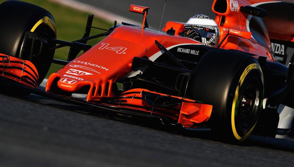 Fernando Alonso rueda con el MCL32 en Montmeló