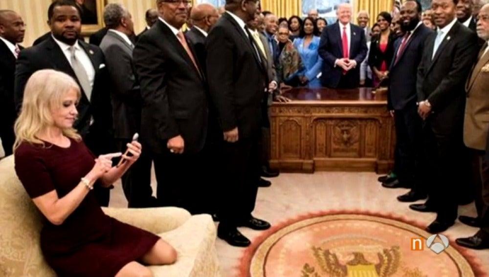 La asesora de Trump posa en el sofá del Despacho Oval con los zapatos sobre la tapicería y causa polémica