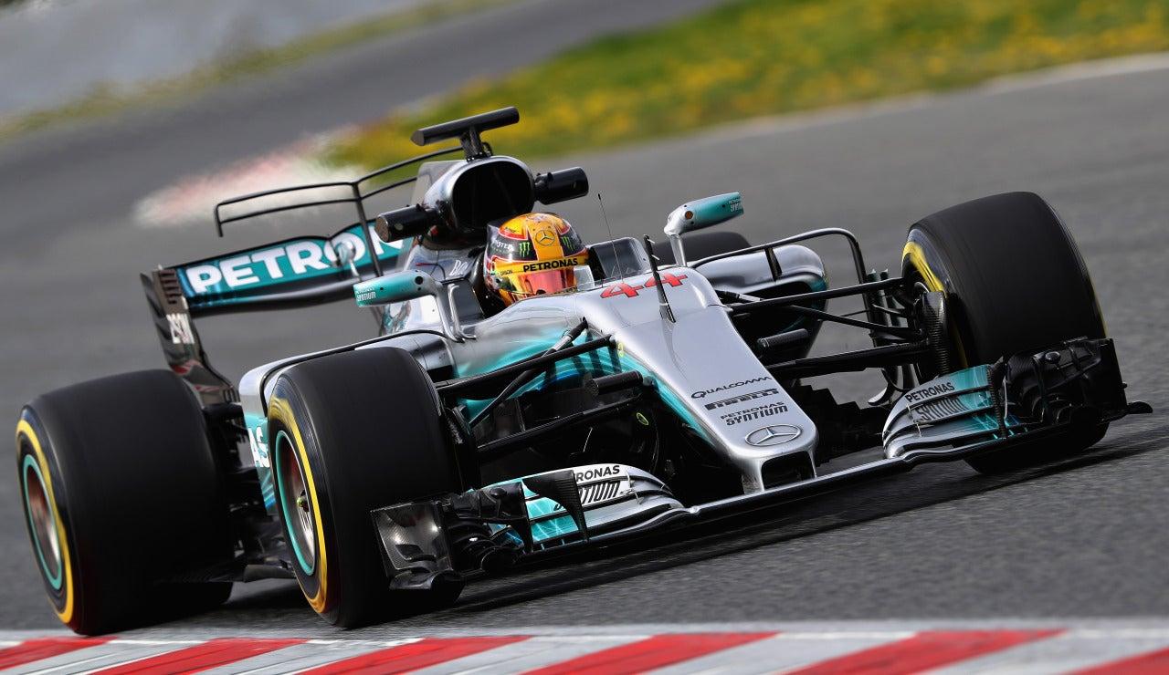 Lewis Hamilton y su flamante Mercedes ruedan en Montmeló
