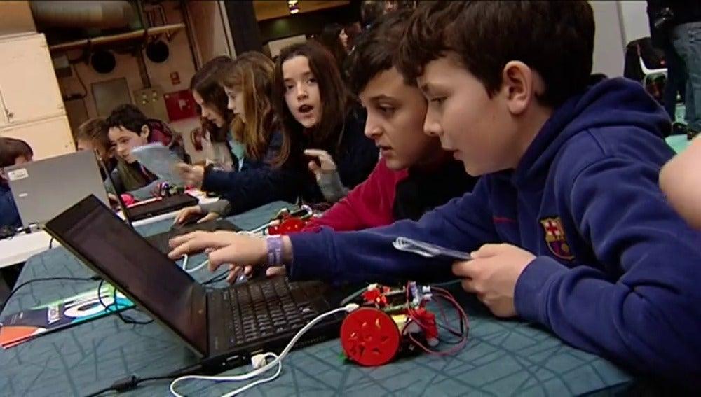 Frame 42.203034 de: Los niños también disfrutan del congreso de móviles