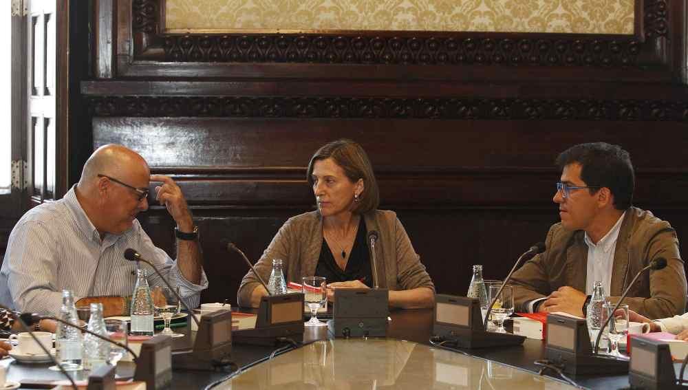 El vicepresidente primero, Lluís Corominas; la presidenta del Parlament, Carme Forcadell y el vicepresidente segundo de la Cámara, José María Espejo