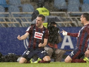 Gonzalo Escalante celebra junto a Dani García un gol en Anoeta