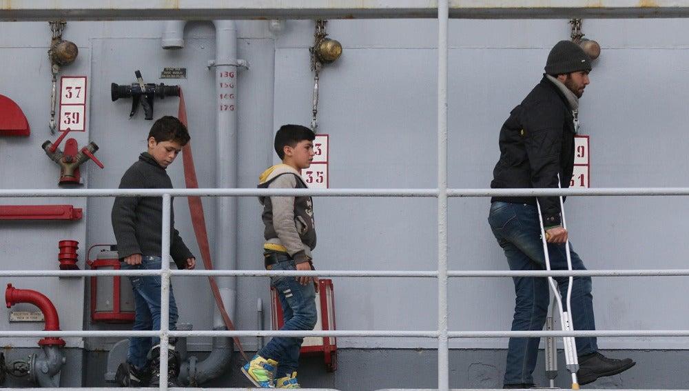 Niños inmigrantes se disponen a desembarcar en Italia tras ser rescatados en aguas del Mediterráneo