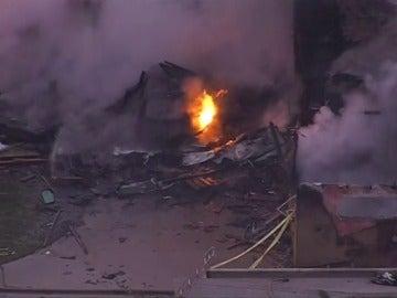 Frame 18.993584 de: Al menos cuatro muertos al estrellarse una avioneta contra una zona residencial en California