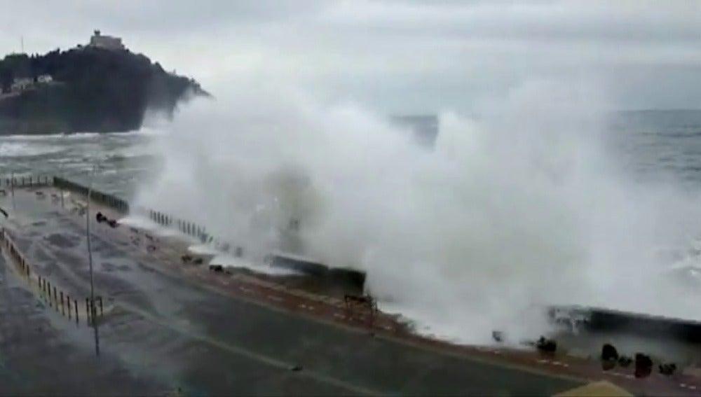 Frame 6.06564 de: Asturias y Cantabria están en alerta roja por fuerte oleaje y viento