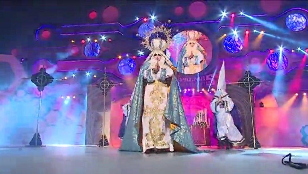 Frame 12.337782 de: El Carnaval de Las Palmas corona como 'reinona' a Drag Sethlas, vestida como una virgen