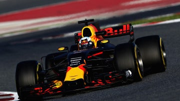 Daniel Ricciardo da sus primeras vueltas en Montmeló