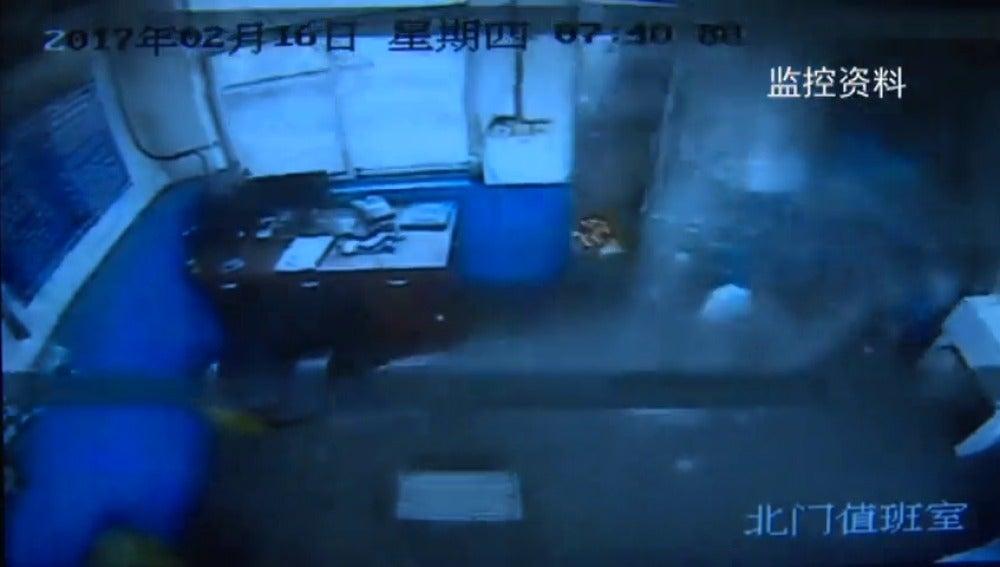 Frame 13.353463 de: Un camión sin control colisiona contra una oficina y sus empleados escapan por segundos