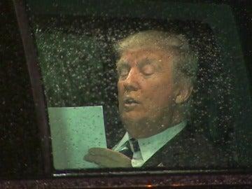 Frame 43.926494 de: Las cámaras captan a Trump en su traslado en limusina al Capitolio mientras relee su discurso