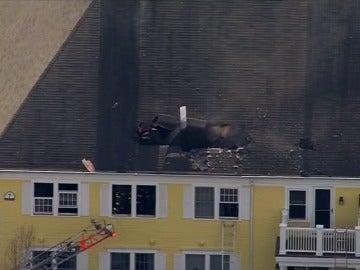 Frame 0.0 de: Muere un piloto al colisionar su avión contra el tejado de una casa