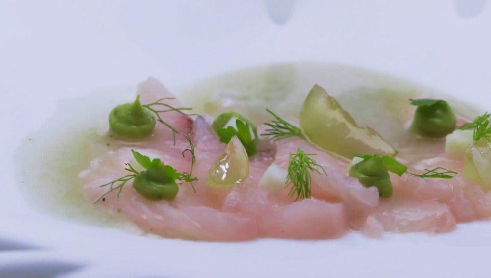 Sashimi de pez limón con uva y manzana