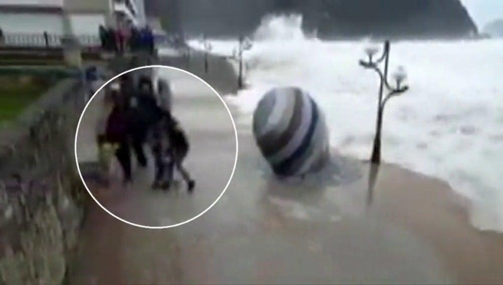 Frame 12.98389 de: El temporal cede aunque 5 comunidades siguen en alerta por olas de más de 5 metros