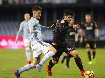 Radoja lucha el balón con Gerard Moreno