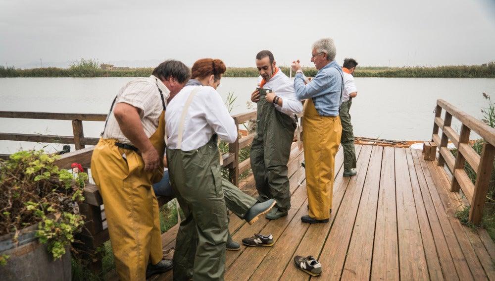 De cocineros a barqueros en la Albufera de Valencia en busca del ingrediente principal
