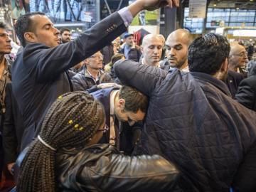 Macron tras haber recibido el impacto de un huevo