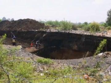 Frame 0.464 de: Muere un niño al caer a un pozo de una mina con 140 metros de profundidad
