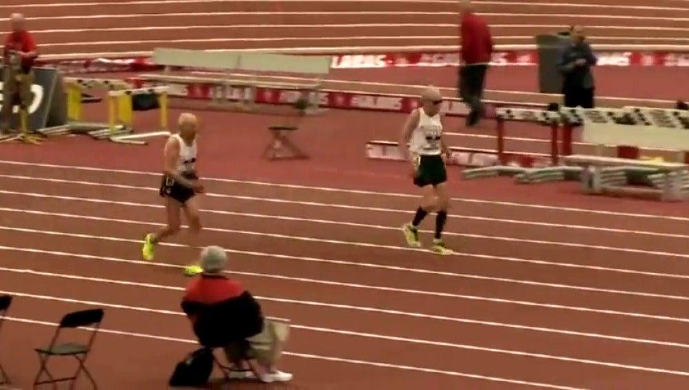 Frame 7.406159 de: Dos abuelos se retan en una carrera de 60 metros en una emocionante competición