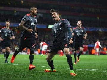 Lewandowski celebra un gol en el Emirates