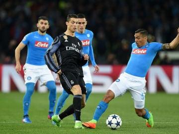 Cristiano Ronaldo rodeado de jugadores del Nápoles