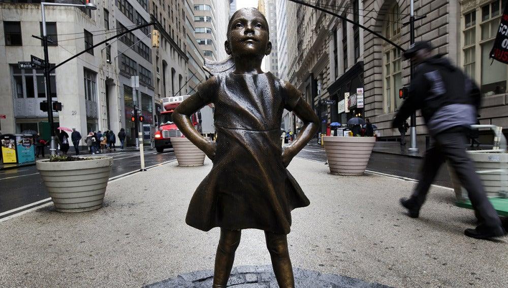 Figura de bronce de una niña junto al toro de Wall Street