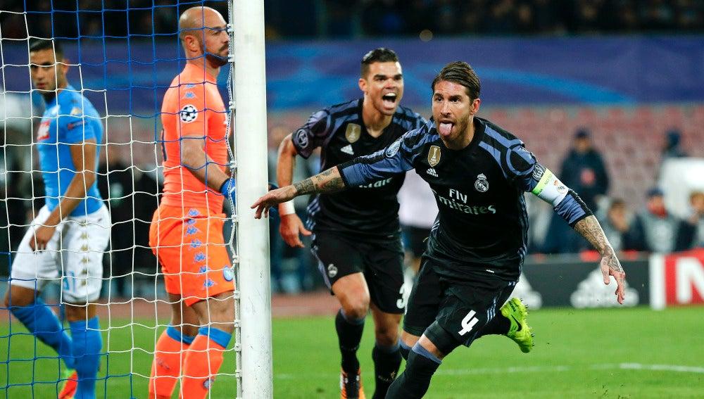 Sergio Ramos celebra su gol al Nápoles