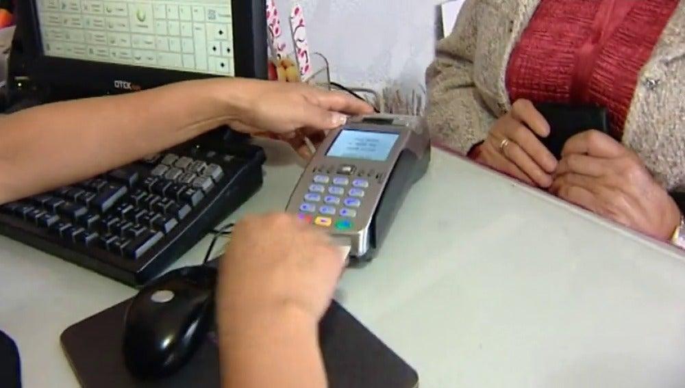 Frame 0.802946 de: Los españoles usan más la tarjeta de crédito que el dinero en metálico