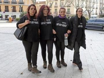 Varias de las mujeres en huelga de hambre en la madrileña Puerta del Sol