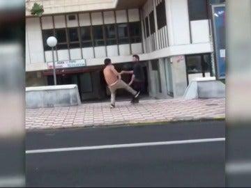 Frame 50.090056 de: Un hombre agrede brutalmente a otro en una calle de Las Palmas de Gran Canaria