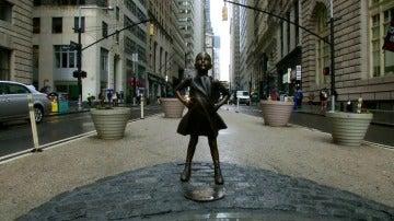 Frame 0.0 de: Una niña de bronce desafía al toro de Wall Street recordando, con motivo del Día de la Mujer, el papel de 'ellas'