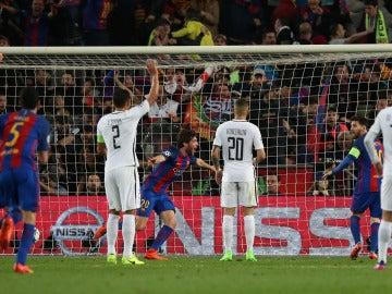 Sergi Roberto celebra el gol que clasifica al Barcelona en cuartos de la Champions League