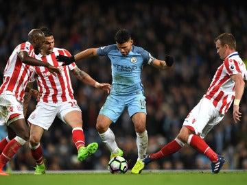 Kun Agüero entre varios jugadores del Stoke City